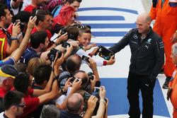 Jock Clear, Mercedes AMG F1, mit Fans in der Boxengasse
