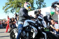 Lewis Hamilton, Mercedes AMG F1 arriva sul circuito in moto