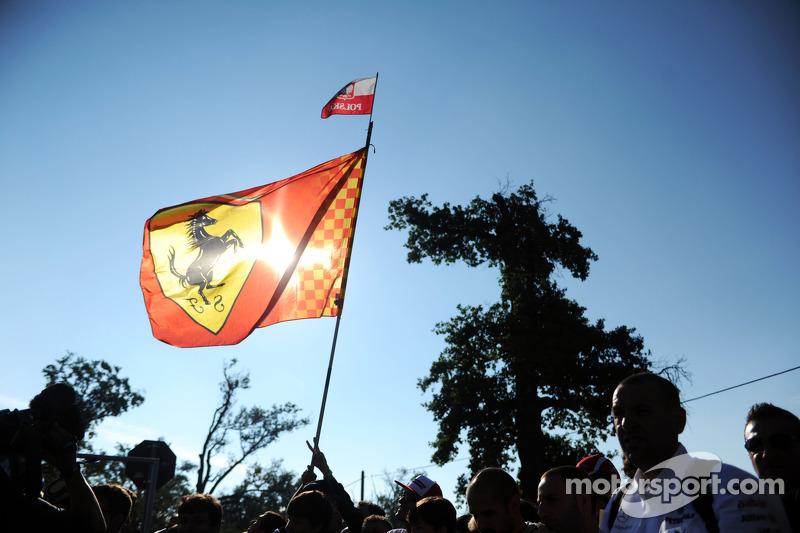 Taraftarlar ve Ferrari bayrağı
