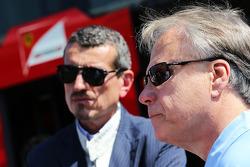 哈斯F1车队总监君特·斯泰纳和斯图亚特·哈斯车队副总裁乔伊·卡斯特