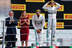 Ganador de la carrera Lewis Hamilton, de Mercedes AMG F1 celebra en el podio