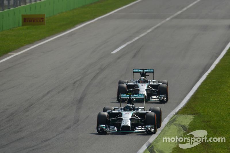 Nico Rosberg, de Mercedes AMG F1 W05 lidera a su compañero de equipo Lewis Hamilton, de Mercedes AMG F1 W05 poco antes de salir de frenado en la primera chicana