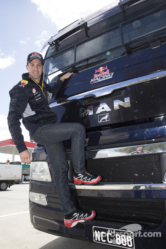 Jamie Whincup no Red Bull Holden hauler