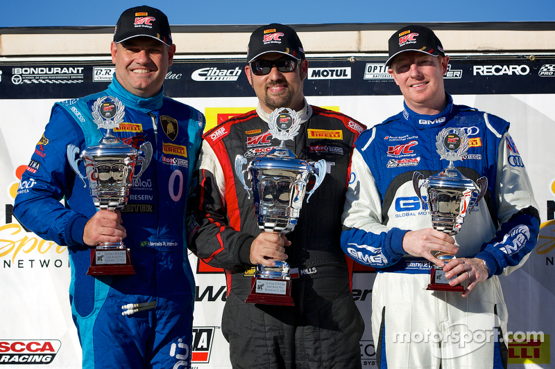 GT-A Kazanan Podyumu: Marcelo Hahn (ikinci solda), Michael Mills (birinci ortada), ve Alex Welch (üçüncü sağda)