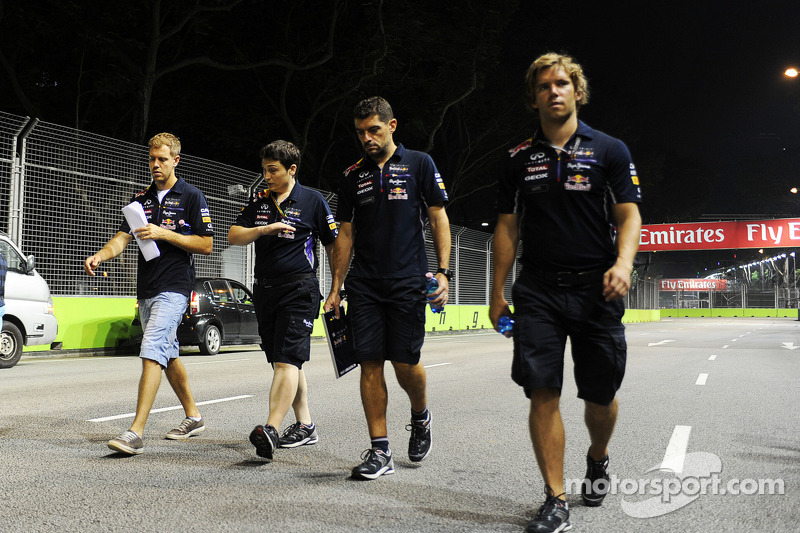 Sebastian Vettel, Red Bull Racing, camina en el circuito