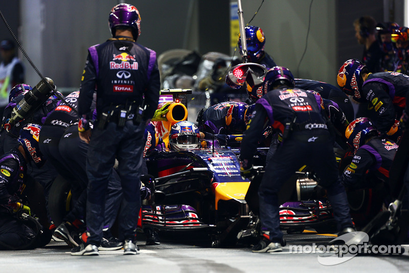 Daniel Ricciardo, Red Bull Racing RB10 pitstop yapıyor