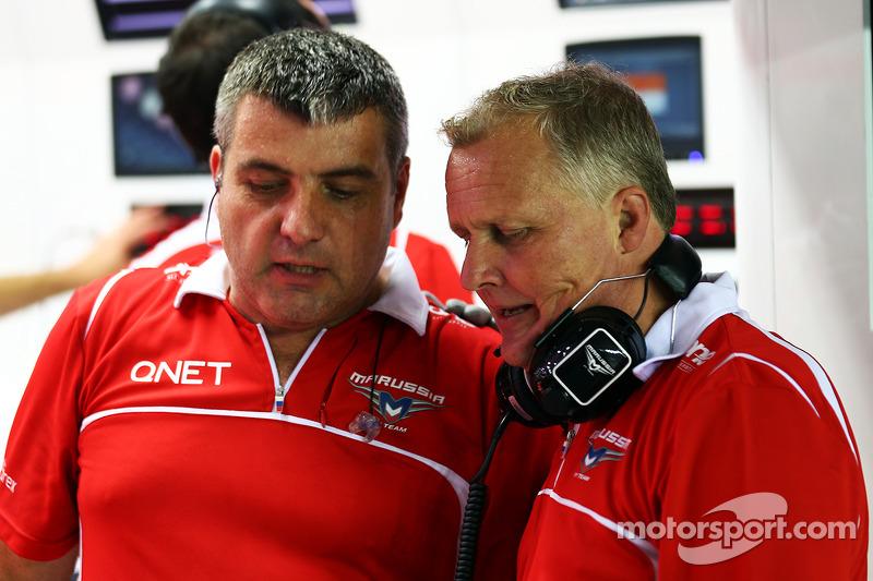 天空体育台F1解说员强尼·赫伯特和玛鲁西亚车队机械师一起工作