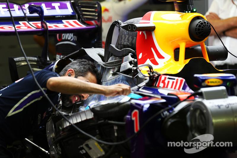La Red Bull Racing RB10 di Sebastian Vettel, Red Bull Racing viene pereparata nella seconda sessione di prove