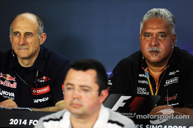 Franz Tost, Scuderia Toro Rosso Takım Müdürü ve Eric Boullier, McLaren Yarış Direktörü ve Dr. Vijay Malya