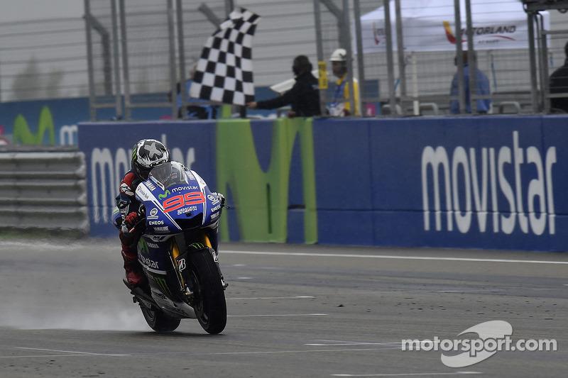 Tras un alocado final por la lluvia, Lorenzo vencía en 2014 por primera vez el GP de Aragón