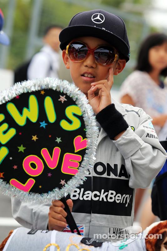 Un joven fan de Lewis Hamilton, Mercedes AMG F1