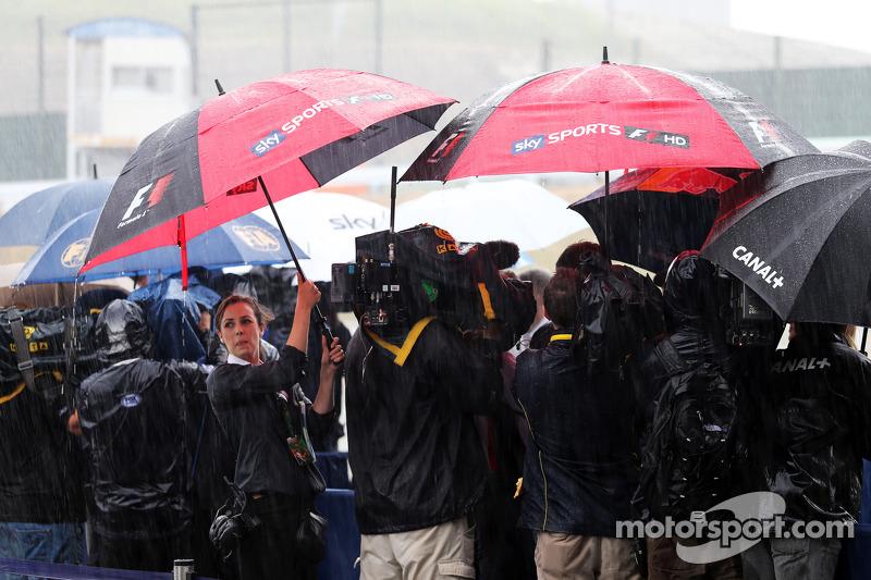 I media in un paddock umido e piovoso