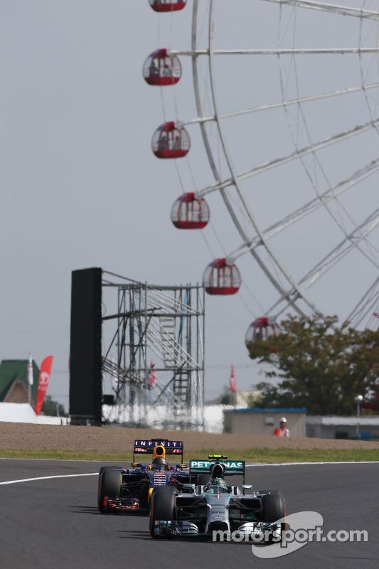 Nico Rosberg, da Mercedes AMG F1 W05, lidera Sebastian Vettel, Red Bull Racing RB10