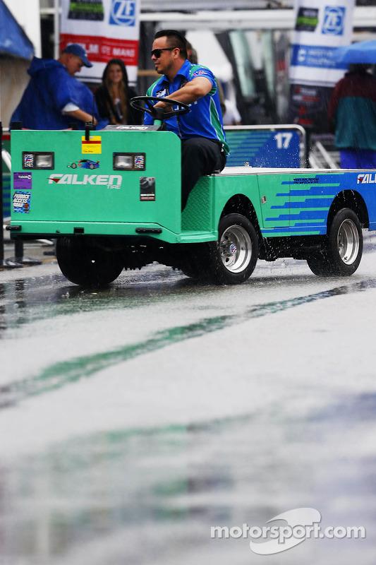 Team Falken Tire team membro na chuva
