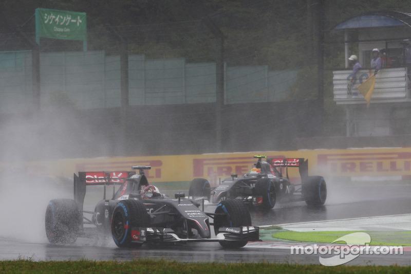 Adrian Sutil, Sauber C33 leads team mate Esteban Gutierrez, Sauber C33