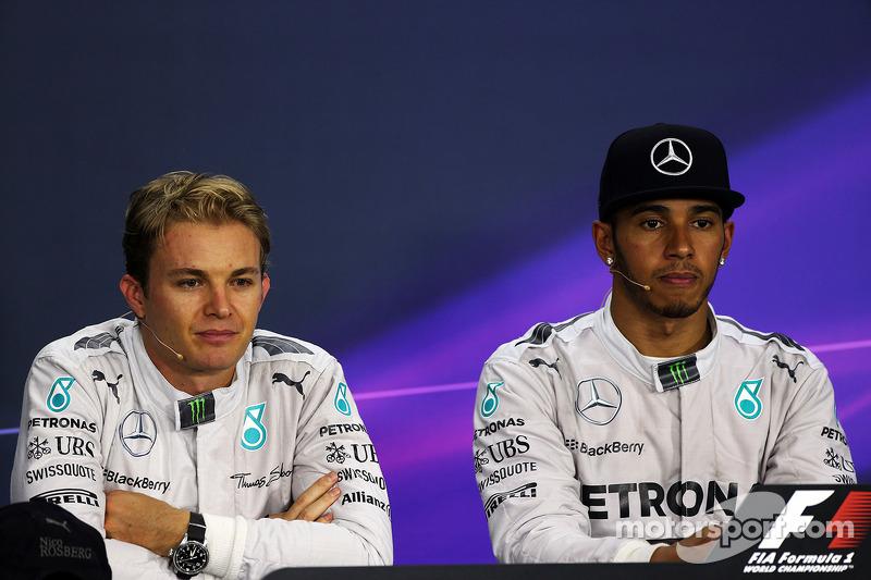 Nico Rosberg, Mercedes AMG F1 y Lewis Hamilton, Mercedes AMG F1 en la conferencia de prensa de la FIA