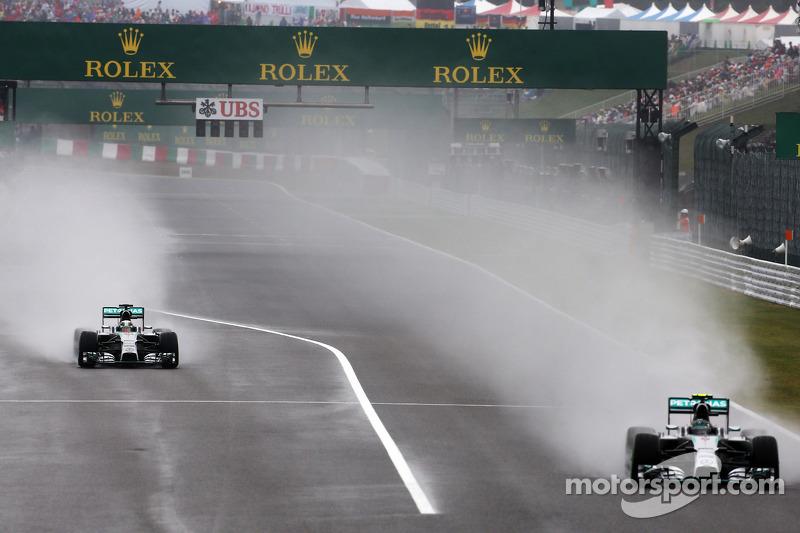 Lewis Hamilton, Mercedes AMG F1 W05 sale de pits por delante de Nico Rosberg, Mercedes AMG F1 W05