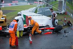 Adrian Sutil, Sauber F1 Team observa mientras el equipo de seguridad en el trabajo después del accidente de Jules Bianchi, Marussia F1 Team