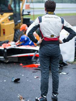 Adrian Sutil, Sauber F1 Team, observa a equipe de salvamento trabalhando após o acidente com Jules Bianchi, da Marussia F1 Team