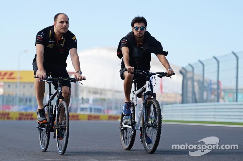 Sergio Perez, Sahara Force India F1, percorre il circuito con Gianpiero Lambiase, Ingegnere Sahara Force India F1