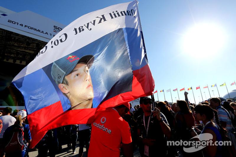 Atmosfera pista, area pubblica, sessione di autografi. Fan di Daniil Kvyat, Scuderia Toro Rosso