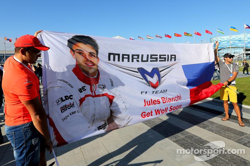 Atmosfera in pista, area pubblica, sessione di autografi. Fan di Jules Bianchi, Marussia F1 Team