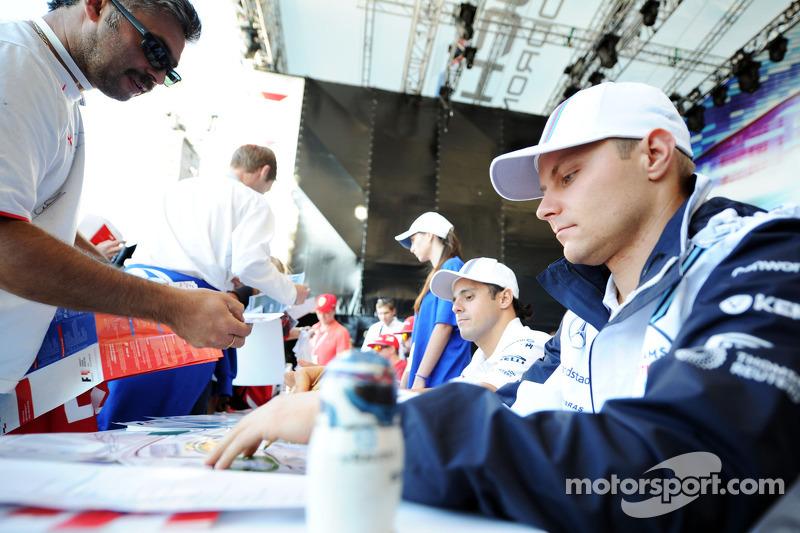 Valtteri Bottas, Williams firma autografi per i fan nella Fanzone