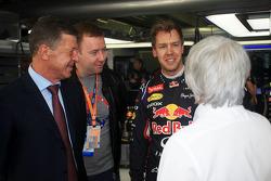 (Soldan Sağa): Dmitry Kozak, Rusya Başbakan Yardımcısı ve Sebastian Vettel, Red Bull Racing ve Bernie Ecclestone