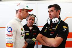 (Soldan Sağa): Nico Hulkenberg, Sahara Force India F1 ve Bradley Joyce, Sahara Force India F1 Yarış Mühendisi