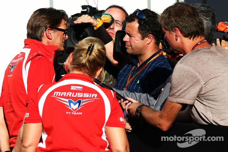 Graeme Lowdon, Marussia F1 Takımı Baş Yöneticisi ve Ted Kravitz, Sky Sports Pit Alanı Muhabiri ve me