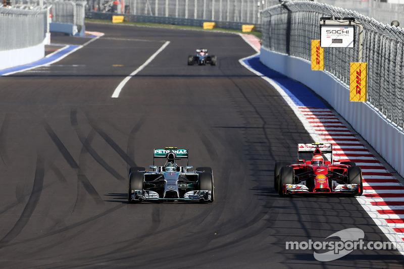 Nico Rosberg, da Mercedes AMG F1 Team, e Kimi Raikkonen, Scuderia Ferrari