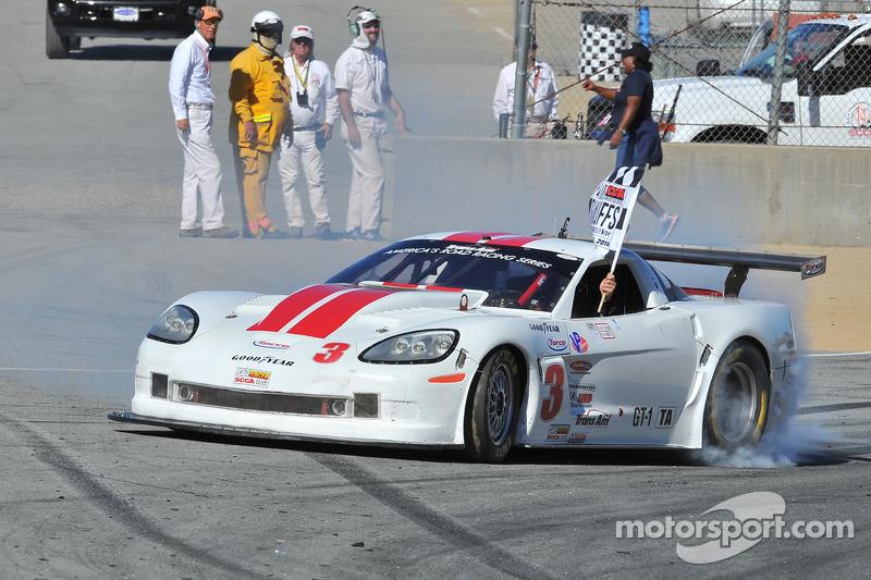 Kyle Kelley celebra la victoria en GT1