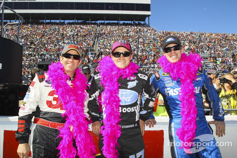Greg Biffle, Ricky Stenhouse Jr., Carl Edwards vesteono di rosa per Breast Cancer Awareness