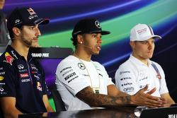 (Da sinistra a destra): Daniel Ricciardo, Red Bull Racing con Lewis Hamilton, Mercedes AMG F1 e Valtteri Bottas, Williams alla conferenza stampa FIA