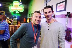 (De izquierda a derecha): Will Buxton, NBC Sports Network Presentador de TV con Alejandro Rossi, Marussia F1 Reserva Piloto Equipo en el Foro de Aficionados