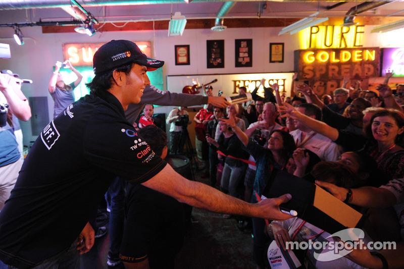 Sergio Perez, Sahara Force India F1, con i fan al Fan's Forum