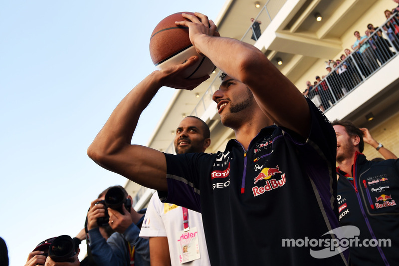 Daniel Ricciardo, Red Bull Racing Tony Parker, NBA Basketbol Oyuncusu basketbol yeteneklerini sergil