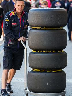 Meccanici della Red Bull Racing con gomme Pirelli
