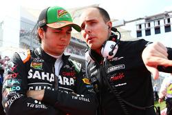 (Da sinistra a destra): Sergio Perez, Sahara Force India F1 con Gianpiero Lambiase, Sahara Force India F1 Ingegnere