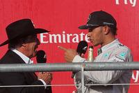 梅赛德斯AMG F1车队车手刘易斯·汉密尔顿向奥斯汀赛道的官方大使马里奥·安德烈蒂要帽子
