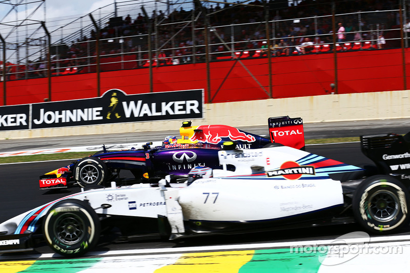 Daniel Ricciardo, Red Bull Racing RB10 ve Valtteri Bottas, Williams FW36 pozisyon için mücadele ediyor