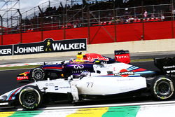 Daniel Ricciardo, Red Bull Racing RB10 and Valtteri Bottas, Williams FW36 battle for position