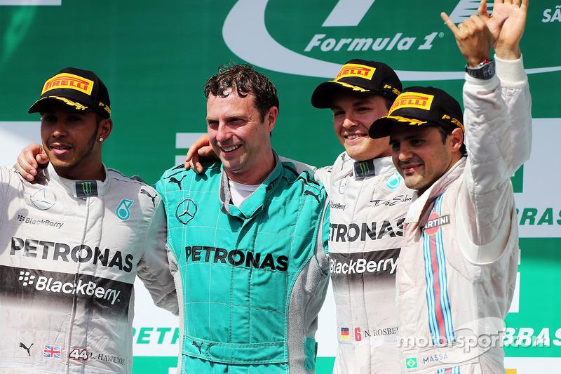 Il podio, Lewis Hamilton Mercedes AMG F1, secondo; Matt Deane, Mercedes AMG F1 Race Engineer; Nico R
