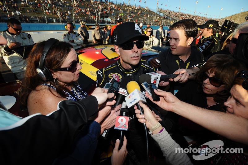 Jeff Gordon, Hendrick Motorsports Chevrolet è intervistato sulla pit lane da Lee Spencer, Motorspor