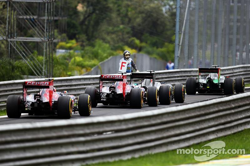 Jean-Eric Vergne, Scuderia Toro Rosso STR9 e altre vetture alla fine della corsia box