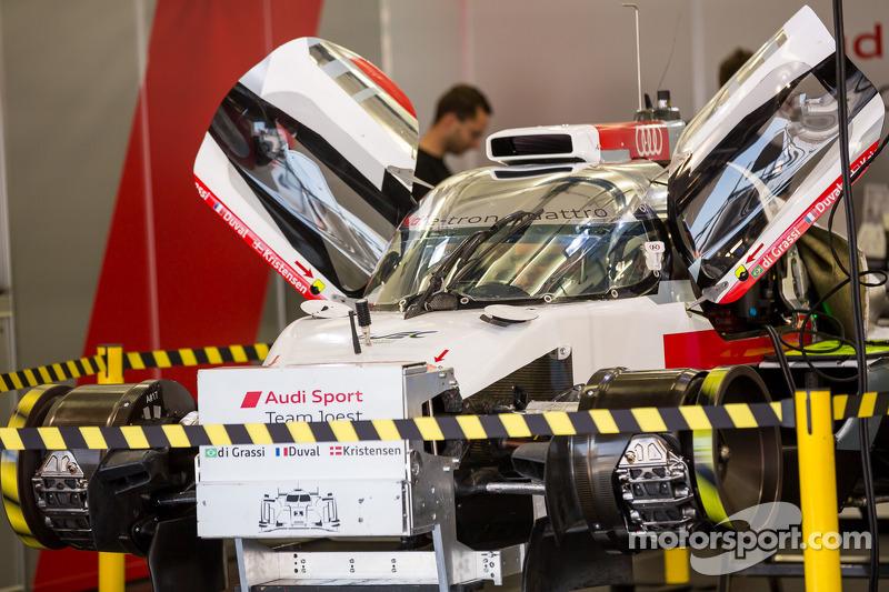 #1 Audi Sport Equipo Joest Audi R18 E-Tron Quattro en reconstrucción después de la primera práctica