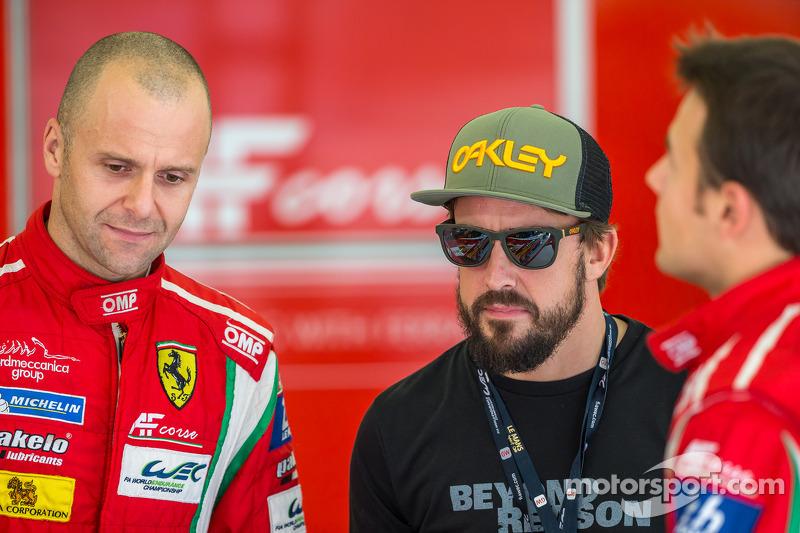 Gianmaria Bruni y James Calado hablando con Fernando Alonso