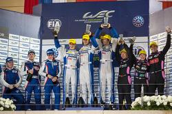 LMP2组领奖台:冠军马修·豪森,理查德·布拉德利,亚历山德雷·因佩拉托利,亚军基里尔·拉迪金,维克多·谢塔,安东·拉迪金;季军马克·帕特森,井原庆子,程飞
