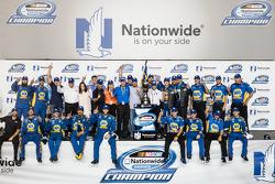 Şampiyona zafer çizgisi: NASCAR Nationwide Serisi 2014 şampiyonu Chase Elliott kutlama yapıyor ve Dale Earnhardt Jr. ve takımı