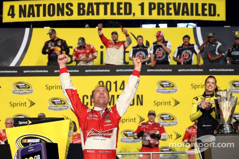 El ganador  y campeón Kevin Harvick, Stewart-Haas Racing Chevrolet celebra